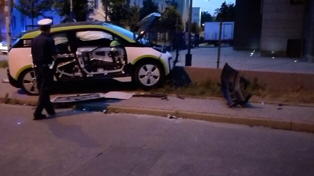 """Kolizja na Gocławku. Kierujący elektrycznym autem """"oddalił się"""""""