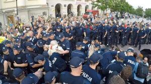 Policja usunęła siłą blokujących Krakowskie Przedmieście