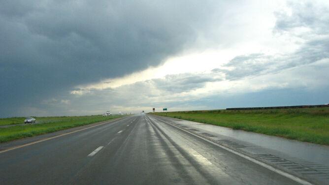Mokre drogi w wielu regionach