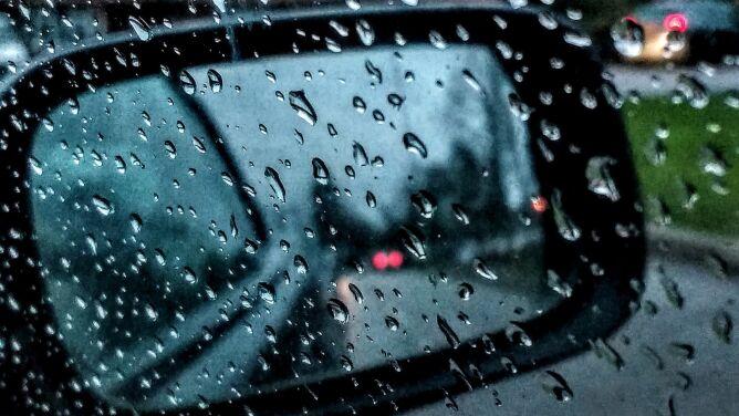 Deszcz i deszcz ze śniegiem utrudnią jazdę