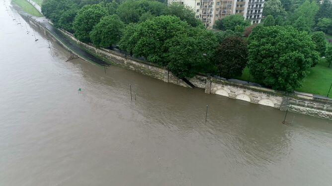 Świętokrzyskie szykuje się na wielką wodę. W Krakowie coraz lepiej