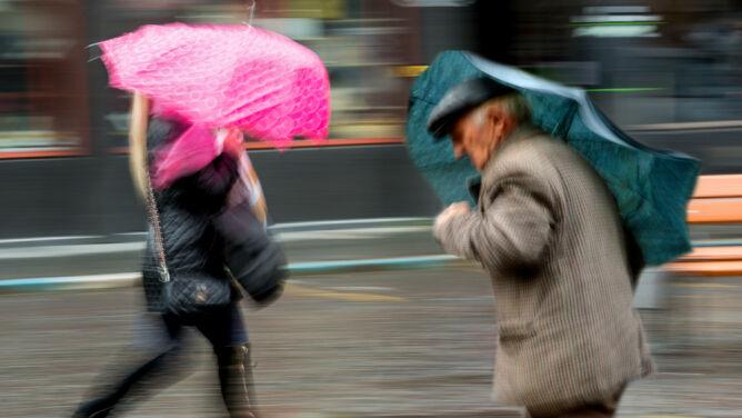 Prognoza pogody na dziś: deszczowo, do 17 stopni. Ostrzegamy przed wichurami